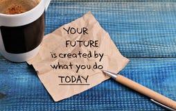 Inspirationsmotivationszitat Ihre Zukunft wird geschaffen durch, was Sie heute und Tasse Kaffee tun Stockfotografie