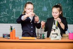 inspire Wenig M?dchenwissenschaftler mit Mikroskop Biologielabor Gl?ckliches Genie Wenig M?dchengenie im Schullabor wissenschaft lizenzfreie stockfotografie