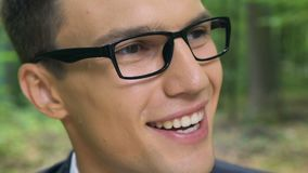 Inspired lächelnde sich entwickelnde Ökoeinsparungssysteme jungen Mannes, neues Visionskonzept stock video