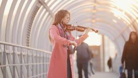 Inspired talanted弹在拥挤段落的妇女小提琴 影视素材