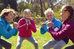 Inspired a vieilli des personnes s'exerçant en parc Images stock