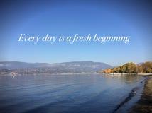 Inspirera landskap med ord Varje dag är en ny början arkivbilder
