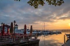 Inspirera soluppgång över vattnet i historiska Alexandria Virginia - hamnfartyg royaltyfri bild