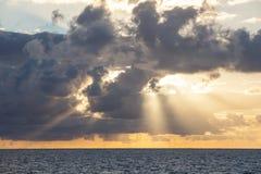 Inspirera soluppgång och moln i det karibiska havet royaltyfria foton