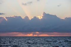 Inspirera soluppgång och moln i det karibiskt royaltyfri fotografi