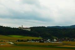 Inspirera vidder av lantliga fält av Schweiz royaltyfria foton