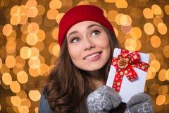 Inspirerad älskvärd flicka som rymmer tomma kort med det röda bandet Royaltyfri Bild
