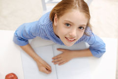 Inspirerad begåvad flicka som ner skriver hennes den 15:e Royaltyfri Bild