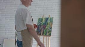 Inspirerad gammal konstnärteckningsbild i hans studio lager videofilmer