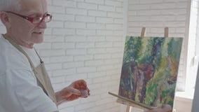 Inspirerad konstnärteckningsbild i hans studio arkivfilmer