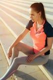 Inspirerad motiverad ung joggerkvinnlig Vila för kvinnalöpare Arkivfoton