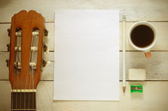 Inspirerande bakgrund med en spansk klassisk gitarr på en trätabell Royaltyfri Foto