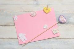 Inspirerande kort med någon handgjord garnering för virkning royaltyfri foto