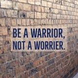 Inspirerande motivational citationstecken` är en krigare, inte en worrier `, arkivfoton