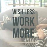 Inspirerande motivational citationstecken`-önska mindre arbete mer `, Fotografering för Bildbyråer