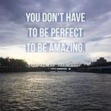 Inspirerande Motivational citationstecken` måste du universitetslärare` t vara perfekt att vara fantastisk `, arkivbilder