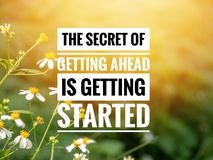 Inspirerande motivationcitationstecken som HEMLIGT FÅ FRAMÅT FÅR STARTAT royaltyfri illustrationer