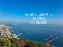 Inspirerande och motivationcitationstecken på suddig seascapebackgroun royaltyfri fotografi
