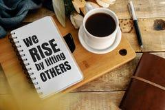 Inspirerande och motivationlivcitationstecken på notepaden royaltyfri foto