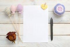 Inspirerande vitt kort med någon handgjord garnering för virkning Fotografering för Bildbyråer