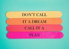 Inspirez la citation de la vie de motivation sur le fond en bois de cadre photos stock