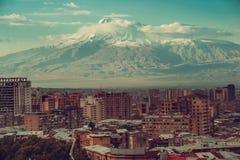 Inspirierend Bergblick Eriwan-Stadtbild Reise nach Armenien Tourismusindustrie Der Ararat auf Hintergrund Armenisches architec lizenzfreie stockfotos