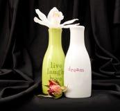 Inspirierend Flaschen mit Blumen Lizenzfreies Stockbild