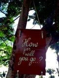 Inspirierend Motivationszitat, wie weit Sie auf einen Seufzer gehen, der im Baum hängt Stockfoto