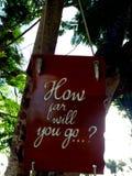 Inspirierend Motivationszitat, wie weit Sie auf einen Seufzer gehen, der im Baum hängt Stockfotografie