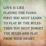 Inspirierend Motivierungszitat über Liebe auf altem Farbpapier Stockfotos