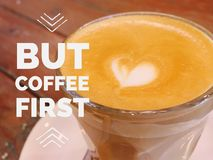 Inspirierend Motivzitat ` aber Kaffee erstes ` stockbild