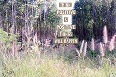 Inspirierend positives Zitat ` denken, dass die positiven u. positiven Sachen ` auf Eukalyptusbaumhintergrund geschieht Lizenzfreies Stockfoto