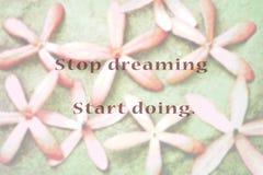 Inspirierend typografisches Zitat - hören Sie auf, das Anfangshandeln zu träumen stockbild