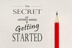 Inspirierend Zitat: Das Geheimnis von voran erhalten fängt an Lizenzfreies Stockfoto