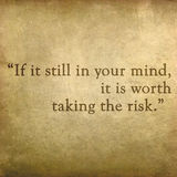 Inspirierend Zitat durch Paulo Coelho auf altem Schmutz backgrou Lizenzfreie Stockfotos