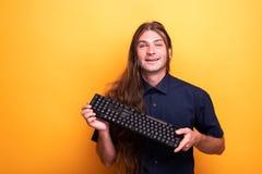 Inspirować męskiego dorosłego trzyma klawiaturę fotografia royalty free