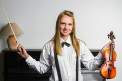 Inspirowana i szczęśliwa dziewczyna trzyma skrzypce salowy Zdjęcia Stock