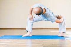 Inspirowany azjatykci mężczyzna robi ćwiczeniu salowemu joga obrazy royalty free