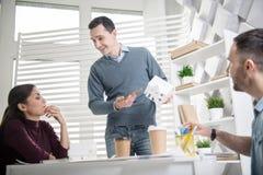 Inspirowany mężczyzna trzyma domową miniaturę Obrazy Royalty Free