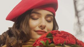 Inspirowany szczęśliwy młodej kobiety czekanie dla kochanka, bukiet róże, pierwszy data zdjęcie wideo