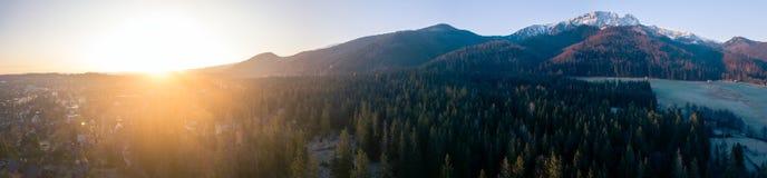 Inspirujący górę Kształtuje teren panoramę, piękny wschód słońca w Tatras zdjęcia royalty free