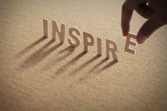 INSPIRUJE drewnianego słowo na ściśniętej desce zdjęcie stock