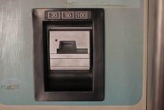 Insérez la fente de pièce de monnaie 20 50 100 dans les quarts Photographie stock libre de droits