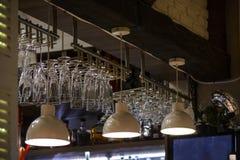 Inställda exponeringsglas i en stång, exponeringsglas för vin och champagne royaltyfri fotografi