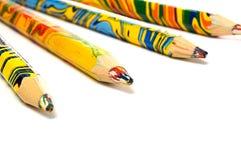 inställda färgade mång- blyertspennor Arkivbild
