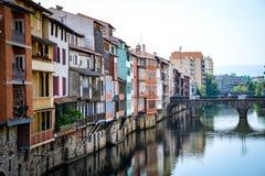 Inställda hus över en flod i Castres-Frankrike Royaltyfri Fotografi