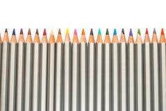 inställda kulöra blyertspennor Staket av blyertspennor På en vit bakgrund Royaltyfri Foto