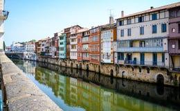 Inställda kulöra hus över en flod i Castres-Frankrike Arkivfoton