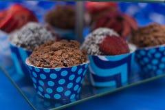 inställda muffiner Selektivt fokusera close upp Söta smakliga muffin Fotografering för Bildbyråer