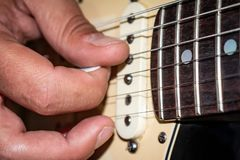 Inställning av några gitarrrader Gitarrmusik arkivfoton